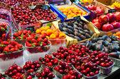 Taze meyve ve çilek pazarında — Stok fotoğraf