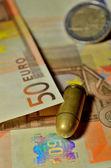 Proiettile e soldi — Foto Stock