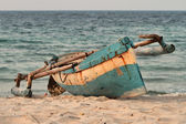 Indigenous fishing boat on Mozambique beach — Stock Photo