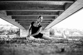 Balerina sentado bajo puente mirando sobre su hombro — Foto de Stock