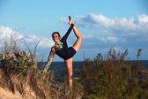 Gymnastka pozastavení nohy — Stock fotografie