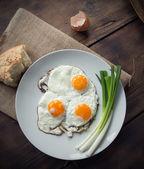 早餐有煎的鸡蛋和葱 — 图库照片