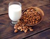 Mandelmilch glas mit mandeln — Stockfoto