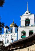 Pskov Kremlin (Krom) and the Trinity orthodox cathedral, Russia — Stock Photo