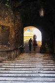 Kamenné schody pod obloukem — Stock fotografie
