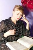 Menina lendo um livro — Foto Stock