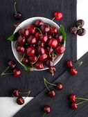 Fresh cherries in bowl on table — Stock Photo