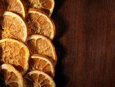 Getrocknete orange scheiben auf holz — Stockfoto