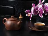 Traditionellen chinesischen teekanne und tasse mit orchidee blüht — Stockfoto