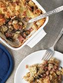 烤的饺子、 蘑菇、 奶酪、 火腿菜 — 图库照片