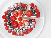 Cake with strawberries, raspberries and blueberries — Stock Photo