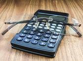 Calcolatrice e occhiali — Foto Stock