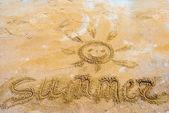 Uśmiechy miłości na piasku — Zdjęcie stockowe