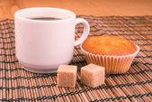 Kawy w filiżance biały chiny na powierzchni drewna — Zdjęcie stockowe