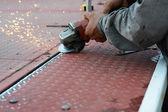 Mão serrar metal — Fotografia Stock