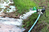 Equipos de agua en granjero causado por la sequía. — Foto de Stock