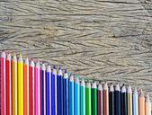 Crayons de couleur sur fond de bois — Photo