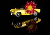 Passagerare bil konvertibla ljust gul, modell på en svart bakgrund — Stockfoto
