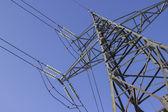 Pilone di trasmissione ad alta tensione su sfondo blu cielo — Foto Stock