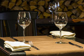 Fine restaurant dinner table place setting: napkin & wineglass — Stockfoto