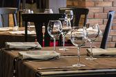 Fine restaurant dinner table place setting: napkin & wineglass — ストック写真