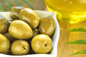 Stuffed green olives and olive oil macro — Stock Photo