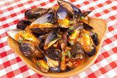 ångade musslor med marinara sås — Stockfoto