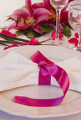 Wedding place setting with lilies — Stock Photo
