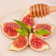 Plate of delicious figs and dripping honey — Stock Photo