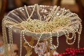 ゴールド ビーズと花瓶 — ストック写真