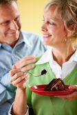 Par: Äta en bit av chokladkaka — Stockfoto