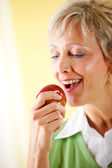 Couple: Eating an Apple — Stock Photo