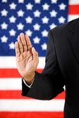 политик: руки подняты принять присягу — Стоковое фото