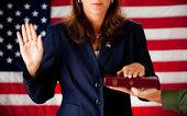 политик: женщина, принимая присягу на библии — Стоковое фото