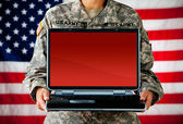 Soldier: Laptop with Blank Screen — Stock Photo