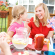 Summer: Mom and Girl Laughing At Table — Stock Photo