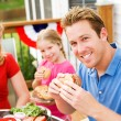 Summer: Dad Eating a Hamburger — Stockfoto