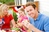 Summer: Dad Eating a Hamburger — Stock Photo