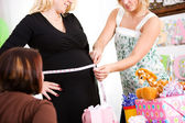 Baby Shower: Guessing the Size of Mother's Belly — Stock Photo
