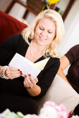 Baby Shower: Mother Reads Greeting Card — Foto de Stock