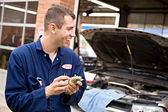 Mechanic: Worker Makes Money from Overcharging — Stock Photo