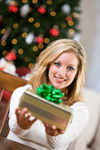 Noël : jolie femme prépare le cadeau — Photo