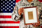 Soldier: Holding en Empty Picture Frame — Stock Photo