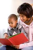 Famiglia: madre e bambino leggere un libro insieme — Foto Stock