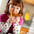 Kitchen Girl: Having Healthy Lunch — Stockfoto