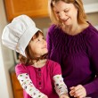 Kitchen Girl: Cooking with Mom — Stockfoto