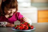 Kitchen Girl: Hungry For Strawberries — Stock Photo