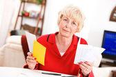 Yaşlılar: üzgün kıdemli fatura ödeme harfleri holding — Stok fotoğraf