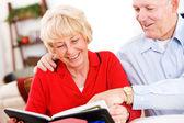 Seniors: Couple Looking At Old Scrapbooks — Stock Photo
