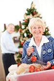Boże Narodzenie: starszy para gotowa do dekoracji drzewo — Zdjęcie stockowe